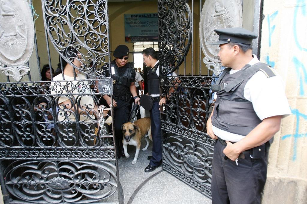 Policías protegerán escuelas que han recibido amenazas de grupos delincuencales, principalmente en Mixco, Villa Nueva y Guatemala. (Foto Prensa Libre: Hemeroteca PL)
