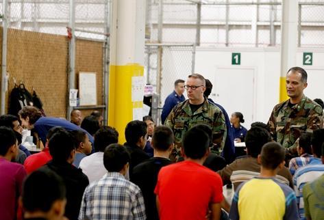 Menores escuchan a un guardia de la Patrulla Fronteriza de EE. UU. (Foto Prensa Libre: Hemeroteca PL)