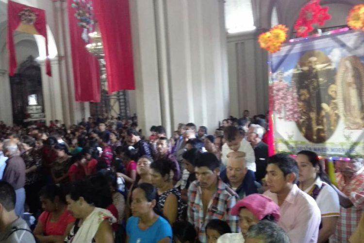 Visitantes participan en actividades religiosas