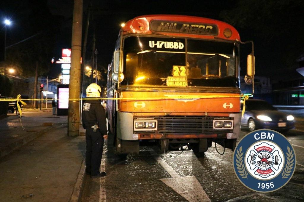 Bus urbano en el que ocurrió un ataque armado en la zona 9. (Foto Prensa Libre: Bomberos Municipales).