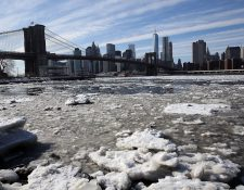 Una acumulación de hielo se ve cerca del puente de Brooklyn en la ciudad de Nueva York.(Foto Prensa Libre:AFP).