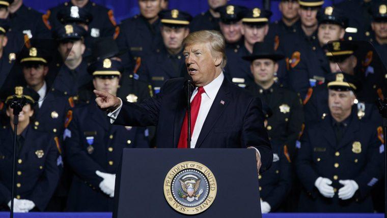 El mandatario estadounidense Donald Trump asegura que eliminará a la pandilla MS-13 de ese país. (Foto Prensa Libre: AFP)