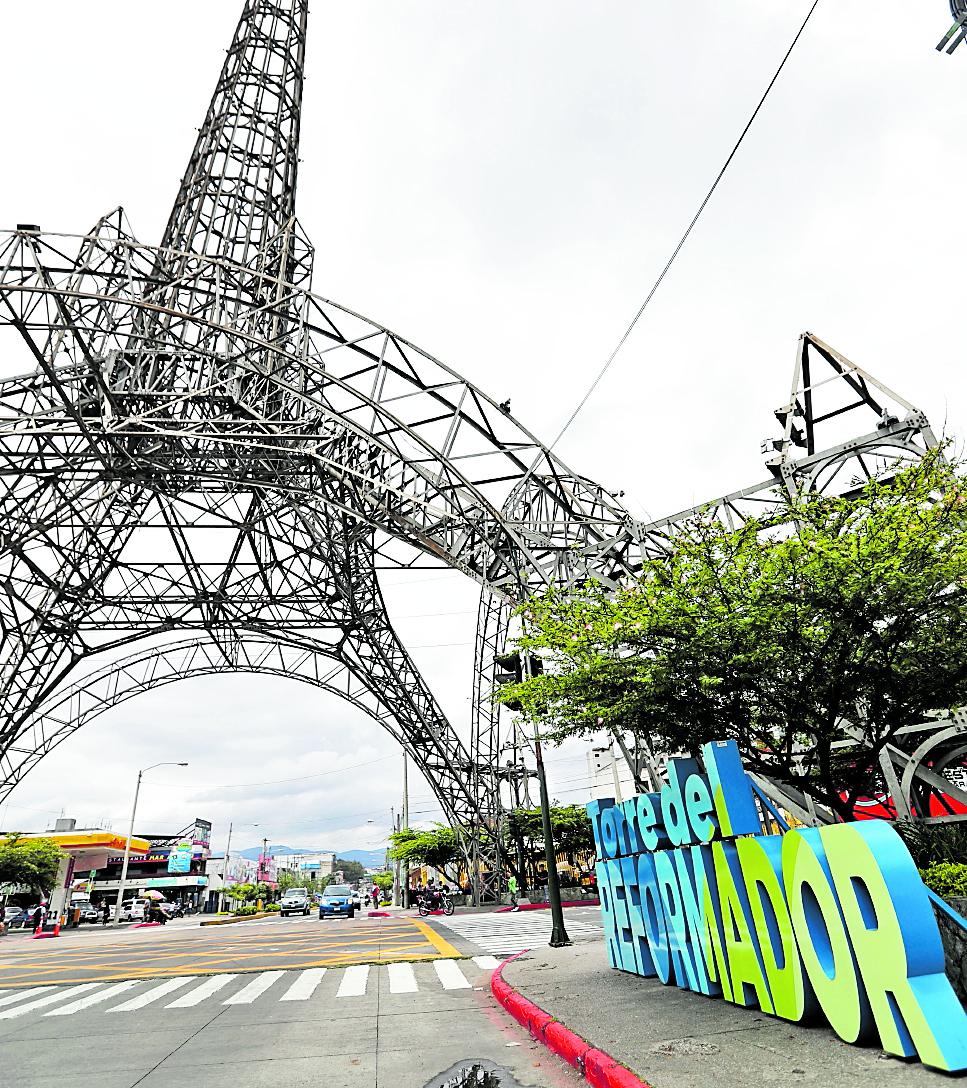 La Municipalidad de Guatemala ha puesto varios rótulos gigantes en colonias y monumentos de la ciudad. (Foto Prensa Libre: Oscar Rivas)