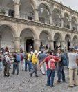 Trabajadores de la Municipalidad de Antigua Guatemala se manifestaron frente a la comuna, el pasado 15 de agosto, para exigir un aumento salarial de cinco por ciento.(Foto Prensa Libre: Hemeroteca PL)