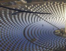 El avión Solar Impulse2 sobrevuela la planta termosolar Gemasolar en Sevilla. (EFE).