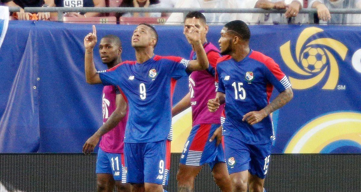 Gabriel Torres señala al cielo y festeja junto a sus compañeros el 2-1 de Panamá. (Foto Prensa Libre: AFP)