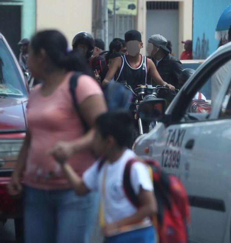La presencia de jóvenes con aspecto de pandilleros preocupa a vecinos de la zona 1. (Foto Prensa Libre: Paulo Raquec)