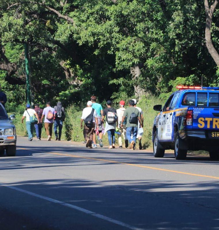 Migrantes salvadoreños caminan por Santa Rosa, en su camino hacia Tecún Umán, San Marcos. (Foto Prensa Libre: Enrique Paredes)