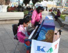 Niños conocen acerca del piano en el parque de la cabecera de Sololá. (Foto Prensa Libre: Édgar Sáenz)