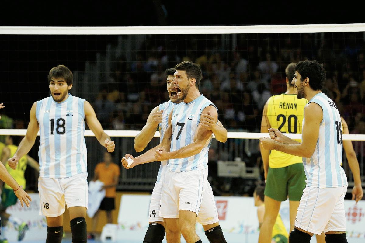 Ezequiel Palacios, Maximiliano Gauna, Facundo Conte y Martín Ramos de Argentina celebran un punto ante Brasil durante la final de voleibol masculino (Foto Prensa Libre: EFE)