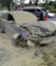 El vehículo destruido en su totalidad luego de chocar contra una bomba despachadora de combustible en el bulevar Liberación, zona 9. (Foto Prensa Libre: Cortesía)
