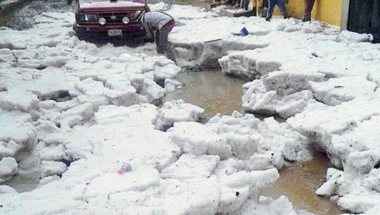 Parte del granizo que cayó en Todos Santos Cuchumatán, Huehuetenango. (Foto Prensa Libre: Kenny Gómez)