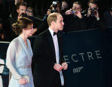 El príncipe Guillermo y su esposa Catalina, se unieron al actor Daniel Craig, en el estreno mundial en Londres del filme Spectre. (Foto Prensa Libre: EFE)