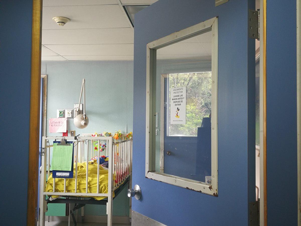Pedro y Augusto Tut Xol permanecen en la Pediatría del Hospital Roosevelt, su madre Luisa Xol Caal está al tanto de los pequeños que nacieron el 11 de septiembre pasado. (Foto Prensa Libre: Ana Lucía Ola)