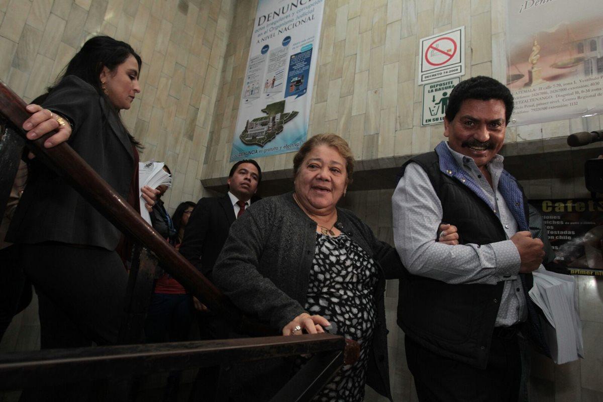 Marta Sierra de Stalling, junto a su abogado Francisco García Gudiel, salen del Juzgado Décimo de Instancia Penal. (Foto Prensa Libre: Edwin Bercián)