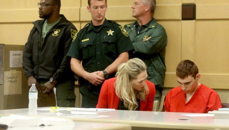 Nikolas Cruz (derecha), comparece ante la corte, en Fort Lauderdale, Florida, EE. UU. (Foto Prensa Libre:EFE).