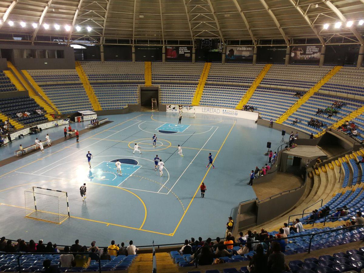 El Domo Polideportvo albergó el partido a beneficio de las víctimas de la erupción del Volcán de Fuego. (Foto Prensa Libre: Francisco Sánchez)