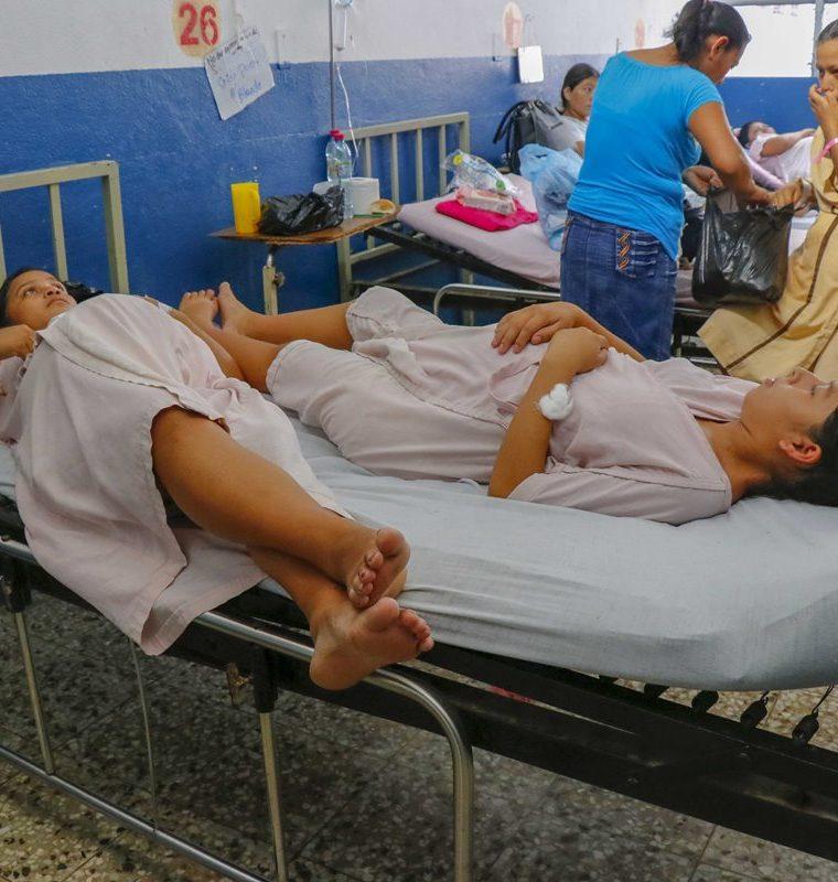 Dos mujeres llevan tres días durmiendo en la misma cama en Hospital Nacional de Retalhuleu. (Foto Prensa Libre: Rolando Miranda)