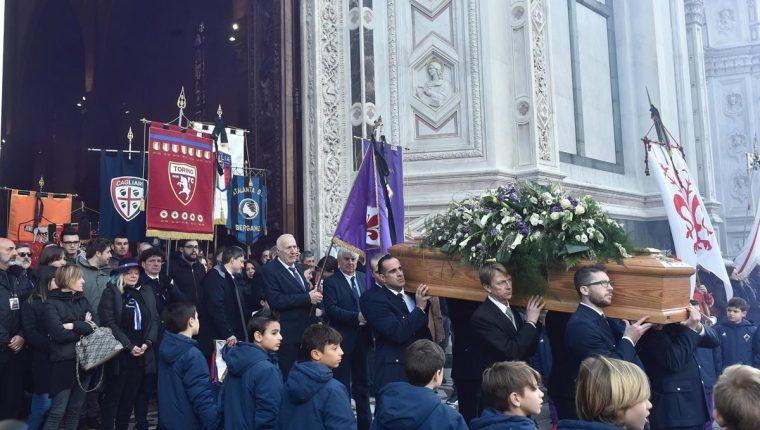 El ataúd con los restos de Davide Astori, capitán de la Fiorentina, salen de la Basílica luego de la misa antes del entierro. (Foto Prensa Libre: EFE)