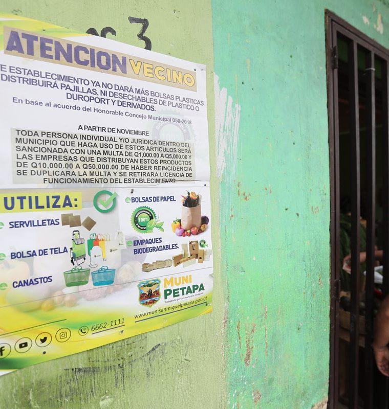Autoridades ediles aseguran que en los lugares donde se ha puesto en práctica la medida aún hay resistencia de los comerciantes.(Prensa Libre: Erick Ávila)