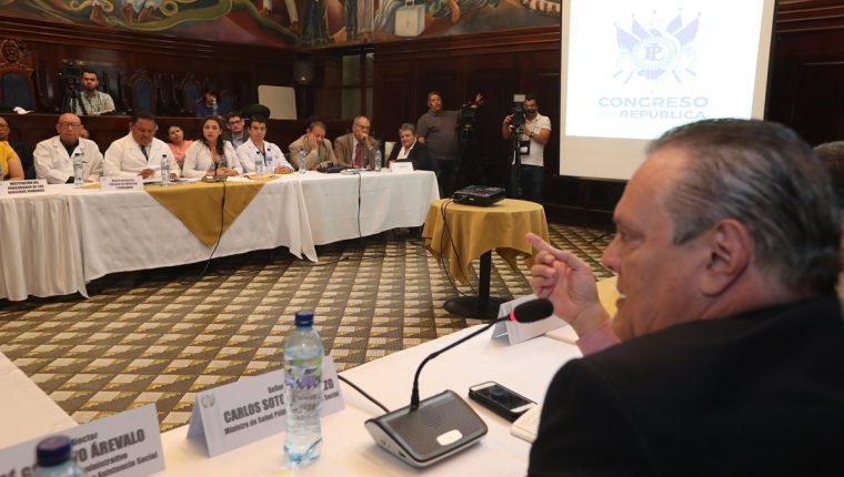 El ministro de Salud, Carlos Soto y representantes de médicos, asistieron a una reunión en el Congreso. (Foto Prensa Libre: Hemeroteca PL).