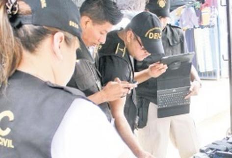 En los mercados  continúa la venta de aparatos telefónicos de dudosa procedencia. (Foto Prensa Libre: Archivo)