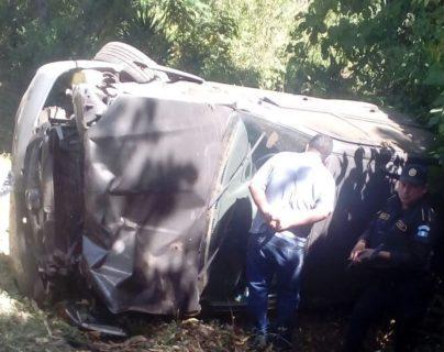 Vehículo en el que viajaban el pastor y su esposa en el km 64 de la ruta entre Barberena y Nueva Santa Rosa. (Foto Prensa Libre: Oswaldo Cardona).