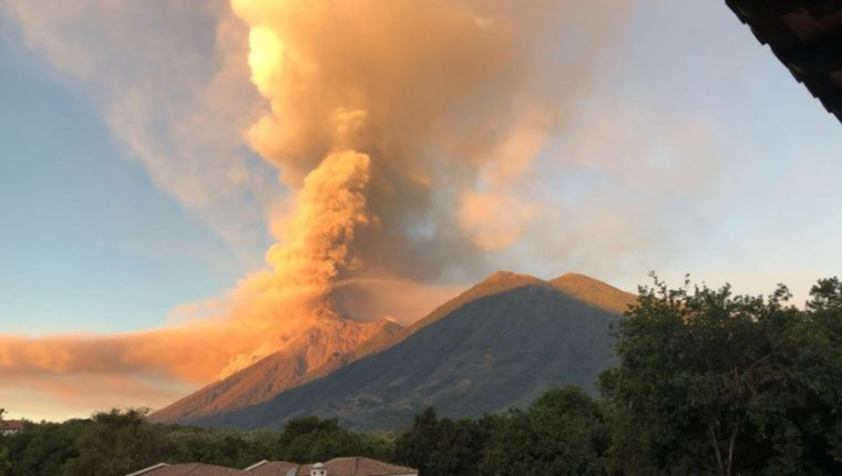 El humo y la ceniza expulsada por el Volcán de Fuego pintó de naranja el cielo de los guatemaltecos. (Foto Prensa Libre: Twitter @falvarezsoto)
