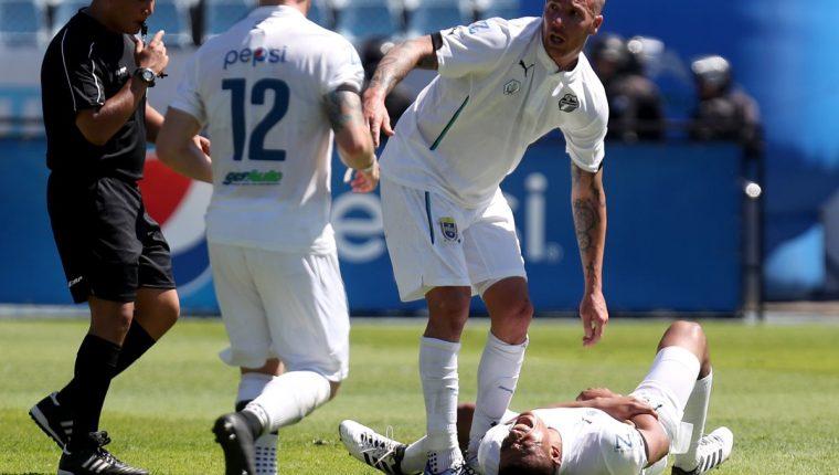 Carlos Castrillo en el césped del Doroteo Guamuch Flores, ante la angustia de su compañero Emiliano López. (Foto Prensa Libre: Carlos Vicente)