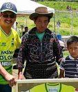 El Presidente del Deportivo Sololá, Andres Iboy entrega el reconocimiento a Don Antonio Toc y su hijo Esbin Asael Toc Jiatz como Socios honorarios. (Foto Prensa Libre: Ángel Julajuj)