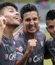 Los jugadores festejan el segundo gol de Juan Klug, de Carchá. (Foto Prensa Libre: Eduardo Sam Chun)
