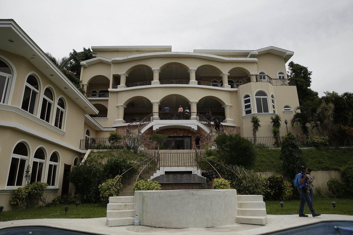 La lujosa mansión que ha sido valuada en unos ocho millones de dólares, fue incautada al exprsidente Antonio Saca. (EFE)