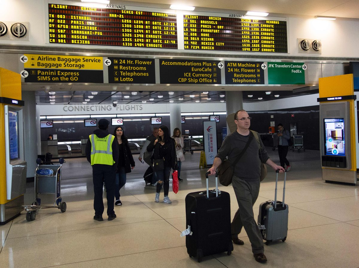 La prohibición de llevar computadoras y tabletas electrónicas en los aviones ha tomado por sorpresa a tripulantes (Foto Prensa Libre: AFP).
