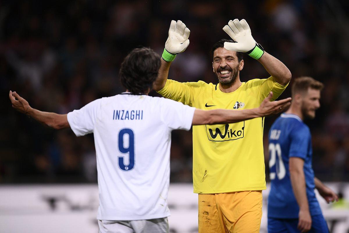 Filippo Inzaghi festeja con Gianluigi Buffon luego de marcar un gol en la noche del Maestro. (Foto Prensa Libre: AFP)