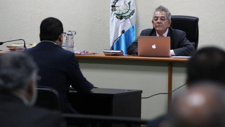 Juan Carlos Monzón le explica al juez Miguel Ángel Gálvez el contenido de audios, archivos y documentos presentados por el Ministerio Público. (Foto Prensa Libre: Paulo Raquec)