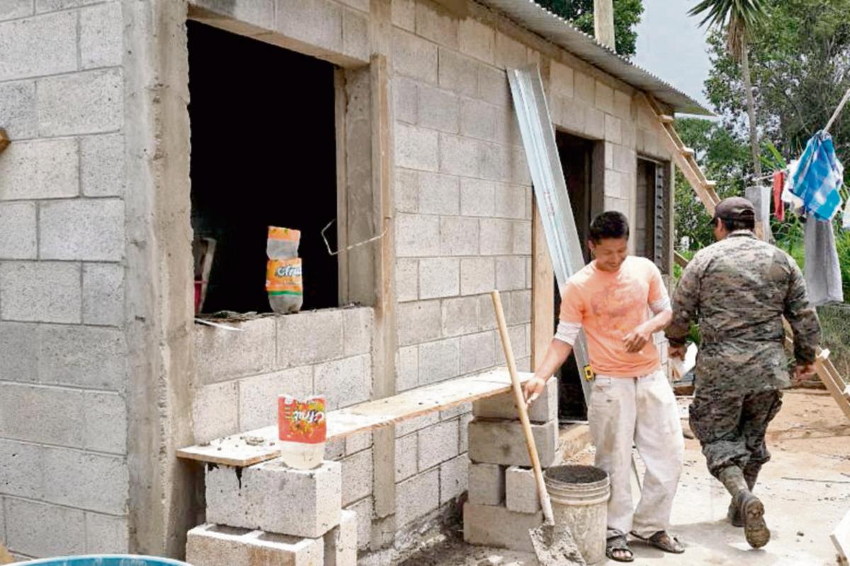 Construyen casas para damnificados