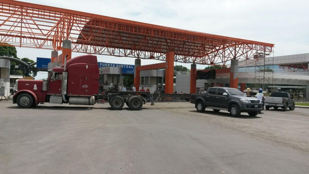Pilotos bloquean ingreso a Puerto Quetzal por inconformidad con construcción de terminal