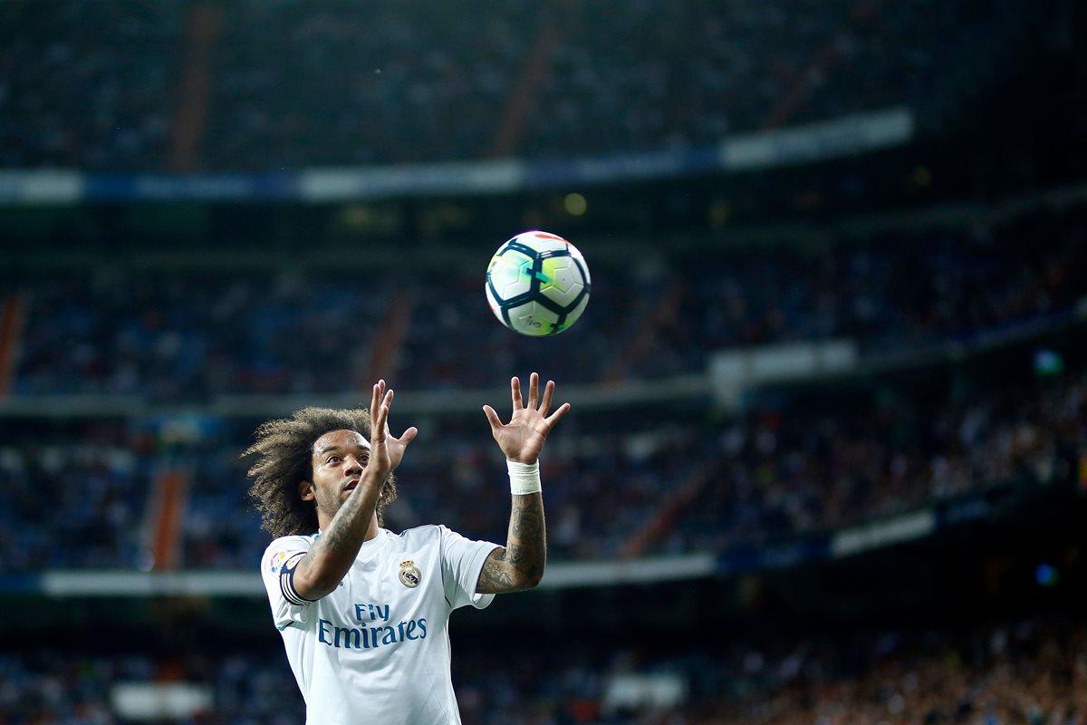 Marcelo juega con el balón durante en encuentro de la Liga Española entre el Real Madrid y el Celta Vigo. (Foto Prensa Libre: AFP)
