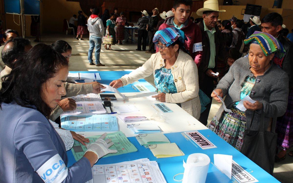 Pobladores de Quiché acuden a emitir su voto. (Foto HemerotecaPL)