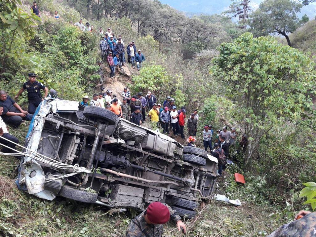 Vecinos observan el microbús que cayó en un barranco en el km 121 de la ruta a las Verapaces, San Jerónimo, Baja Verapaz. (Foto Prensa Libre: Héctor Contreras)