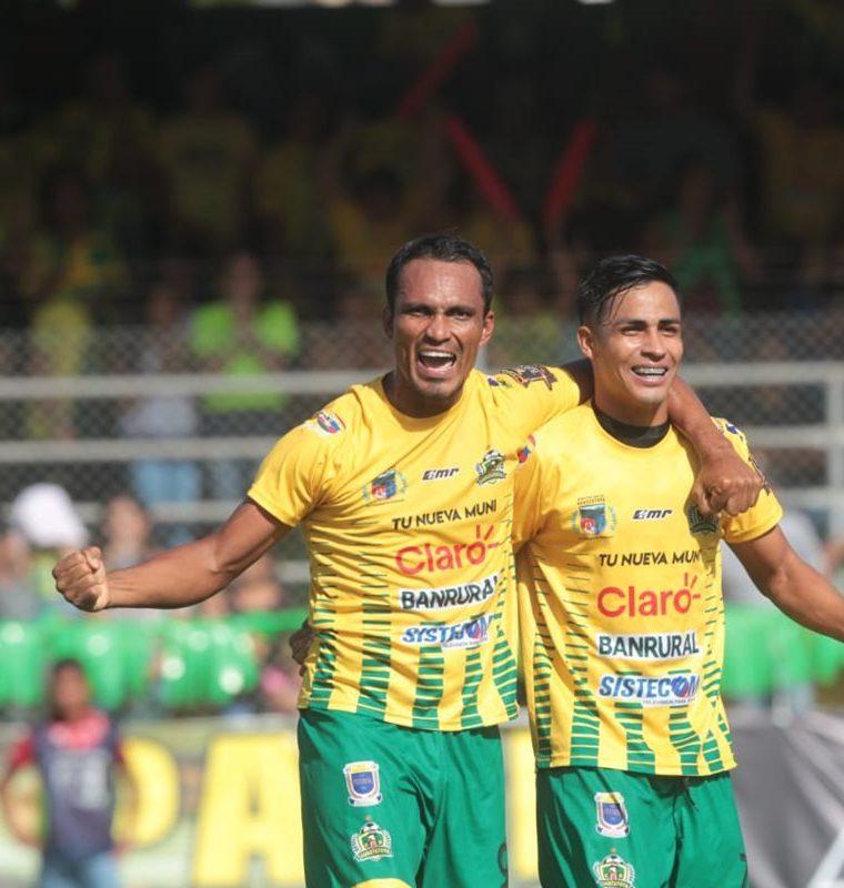 Ángel Rodríguez anotó el gol que le dio el empate a Guastatoya en el partido de vuelta contra Comunicaciones, con lo que ganaron el título con global de 3-2. (Foto Prensa Libre: Érick Ávila)
