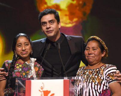 En la fotografía de archivo: el director Jairo Bustamante y las actrices María Mercedes Coroy y María Telón, al recibir el premio Oso de Plata, en el festival de cine Berlinale, en Alemania, por la película Ixcanul. (Foto Prensa Libre: AFP).