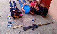 Los tres supuestos responsables del ataque a la escuela, detenidos por la PNC. (Foto Prensa Libre: PNC)