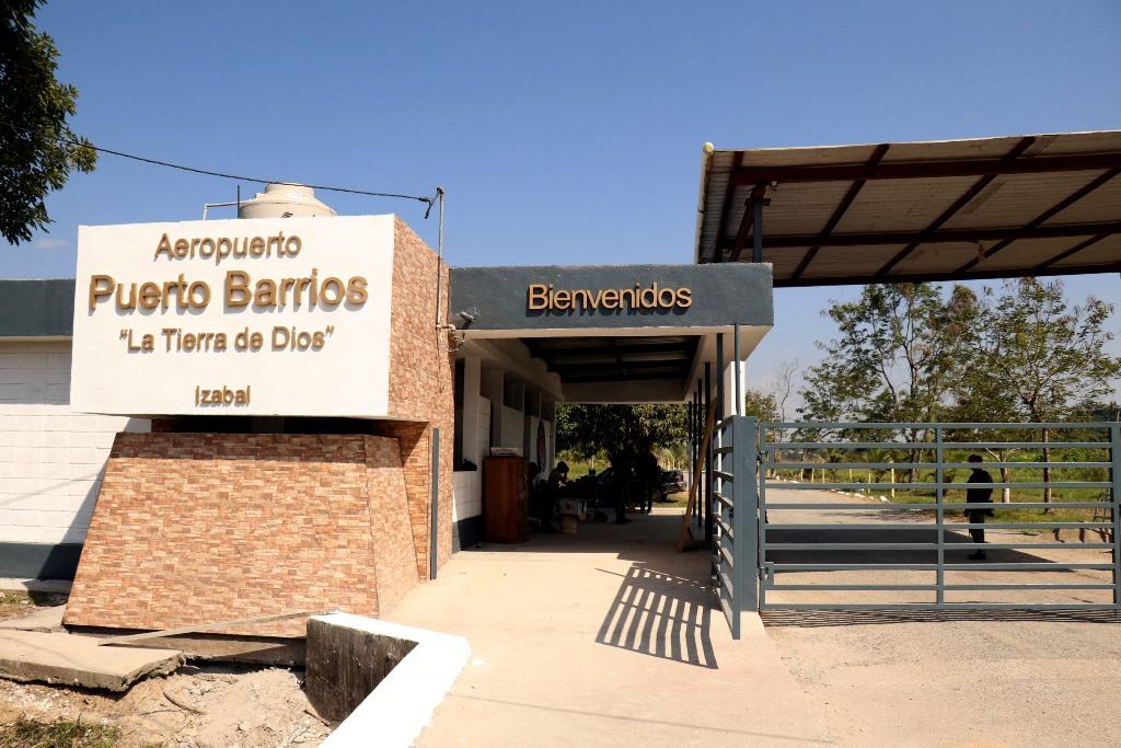 Ingreso al aeropuerto de Puerto Barrios el cual de momento es inspeccionado por personal del Ejército. (Foto Prensa Libre: Dony Stewart)