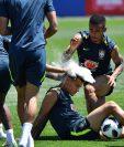 Neymar, Gabriel Jesús celebran el cumpleaños de Philippe Coutinho con harina y batucada. (Foto Prensa Libre: AFP)