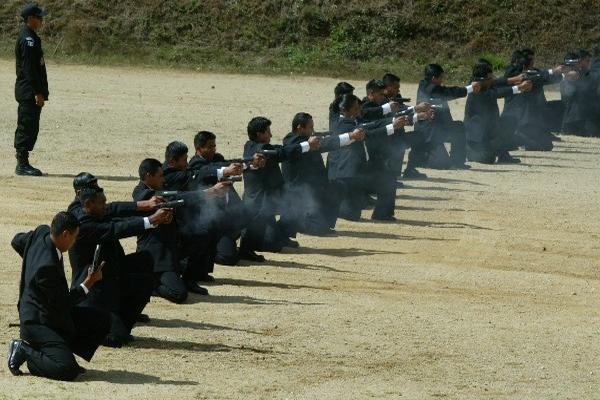 Agentes de la Saas durante una práctica de tiro (Foto Prensa Libre: Hemermoteca PL)