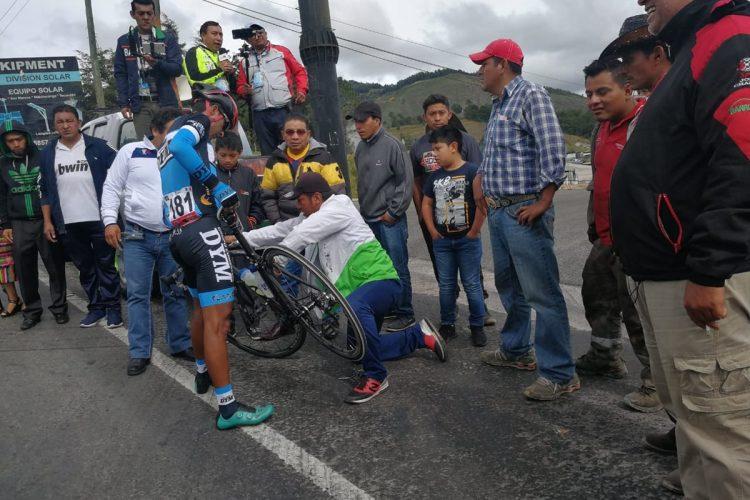 Carlos López, de DYM Tlaxcala, sufrió desperfectos mecánicos. (Foto Prensa Libre: Norvin Mendoza).