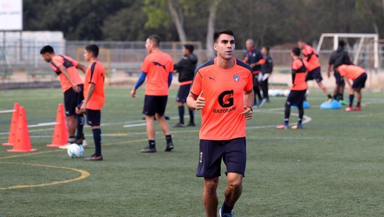 El mexicano Isaac Acuña se entrenó desde el viernes pasado en el campamento de Comunicaciones, pese a tener contrato con Sanarate. (Foto Prensa Libre: Edwin Fajardo)