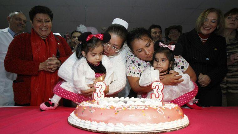 Las Rosistas celebraron su tercer cumpleaños junto a personal del Hospital Roosevelt. (Foto Prensa Libre: Paulo Raquec)