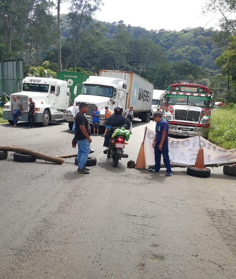 Ruta antigua a Palín, Escuintla, bloqueada por sancarlistas. (Foto Prensa Libre: Enrique Paredes)